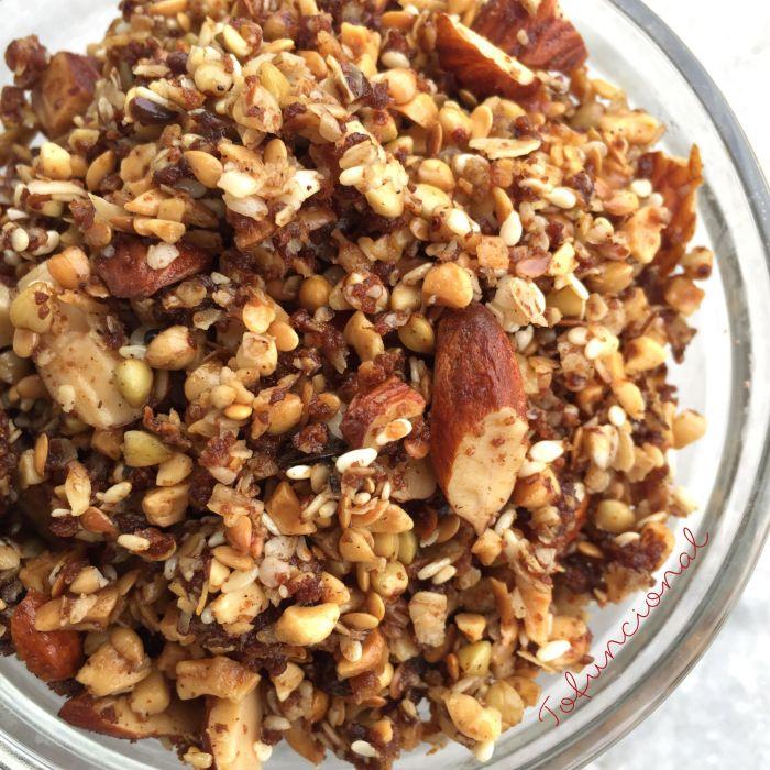granola com trigo sarraceno 1/2 xícara de trigo sarraceno em grãos (ou lâminas de aveia)  1/2 xícara de aveia em flocos grandes  1/2 xícara de amendoim picado  1/2 xícara de amêndoas picadas  1/3 xícara de coco ralado (opcional – ou amaranto em flocos ou quinoa em flocos..)  1/3 xícara de sementes de linhaça ou chia  1/3 xícara de gergelim cru  1/3 xícara de uvas passas  1/3 xícara de óleo de coco  1/3 xícara de açúcar de coco (pode usar melado se quiser)  canela a gosto (pode usar cacau…
