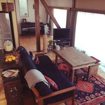 大きな窓からの眺めを楽しめるソファダイニング。食事のあとのくつろぎの時間まで、お気に入りの場所でゆったりと過ごせます。対面には視線を妨げないよう、背もたれのないベンチを置いて。