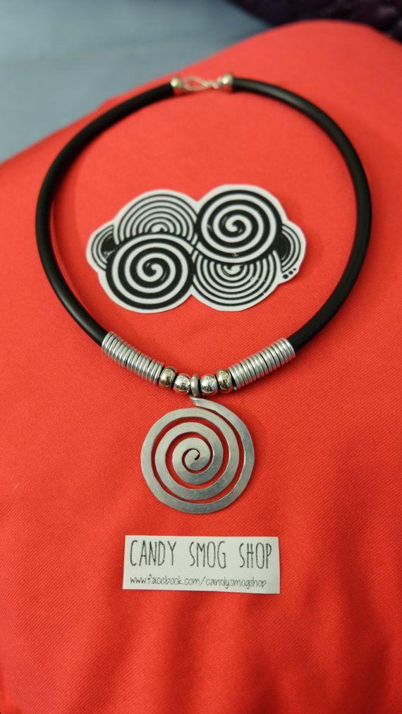 ๑collana handmade , con grande spirale in alluminio e base in gomma.  ๑pagamento tramite pay pal o ricarica poste pay.  ๑spedizione in italia al