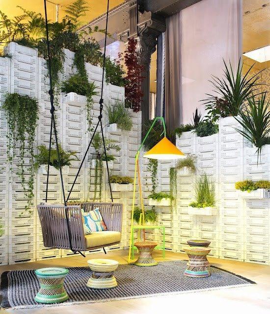 Um jardim suspenso!   Com algumas caixas plásticas, você pode montar o seu jardim e deixar o ambiente ainda mais vivo!