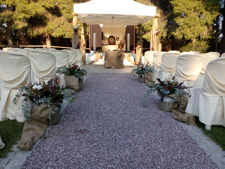 Rustic burlap and beautiful flowers on the aisle.