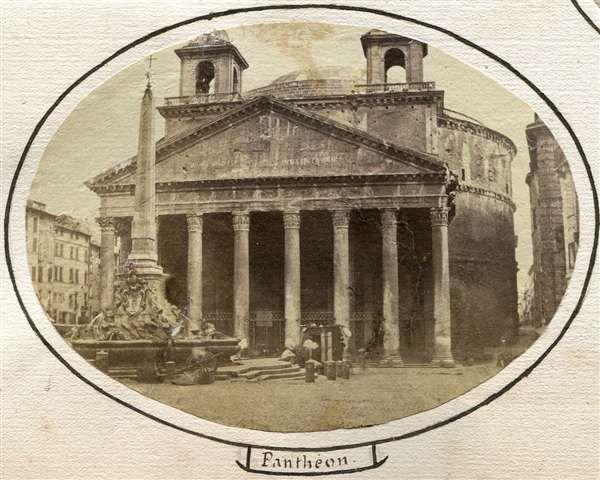 1858 circa autore non identificato . Pantheon - vista frontale con la fontana in primo piano.