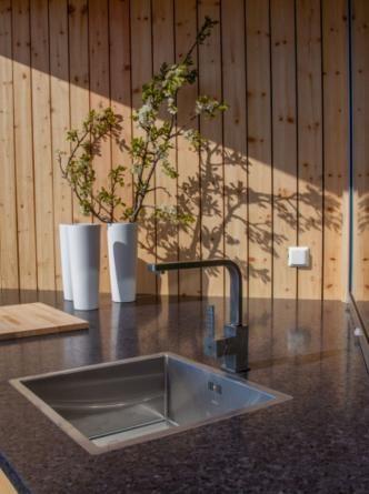 UTEKJØKKEN: Kjøkkenvask og benk.