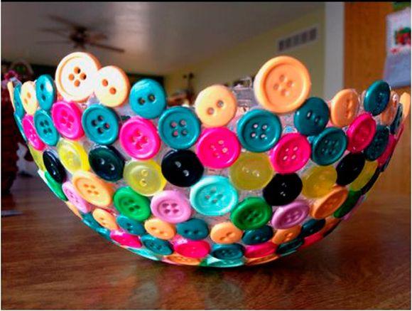 Er zijn veel variaties mogelijk met deze knopenschaal. Doe lekker gek en gebruik verschillende kleuren knopen, of houd een kleurthema aan. In drie simpele stappen staat hij bij jou op tafel. http://www.vriendin.nl/creatief/zelf-maken/7772/doe-het-zelf-knopenschaal