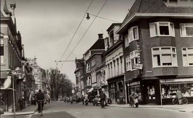 Nieuwe Ebbingestraat Groningen boekhandel Bouwman en links distilleerderij van Houghoudt 1965