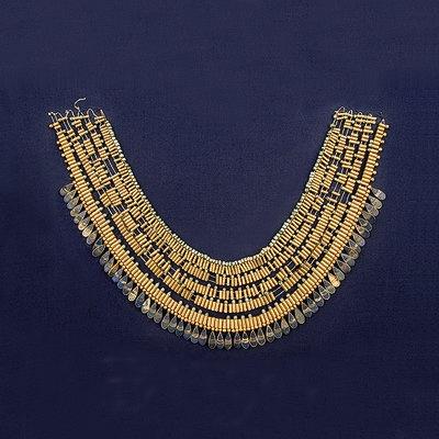 La joyería egipcia.Este es el collar userkh clásico, lo encontramos representado en los muros de los templos y sobre las estatuas de reyes, reinas y nobles.  Pertenece a la XIX Dinastía y se encuentra en el Museo Egipcio de El Cairo.