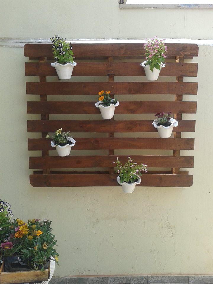 Painel de madeira para vasos de plantas.