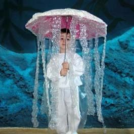 •Un paraguas blanco o transparente.   •Papel higiénico o plástico con burbujas.   •Pegamento.   •Tijeras.     Un disfraz original y de última hora ya que es muy fácil de hacer.