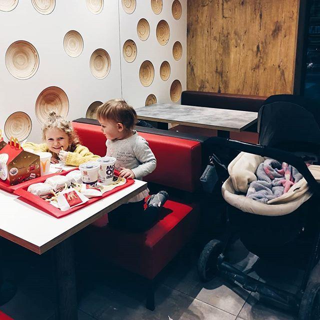 Dziś na kolekcje zabrały nas dzieci  Rodzice potrafią się ustawić nie ma co  #rodzicewsieci #blogparentingowy #blogrodzinny #familygoals #justbaby #igkids #instagramkids #girls #sister #sisterhood #daddylittlegirls #instamatki #instadziecko #wielodzietni #rodzina #jestembojestes #lovesister #corki #motherlife #motherhood #momofgirls #momof3 #polishgirl #mcdonalds