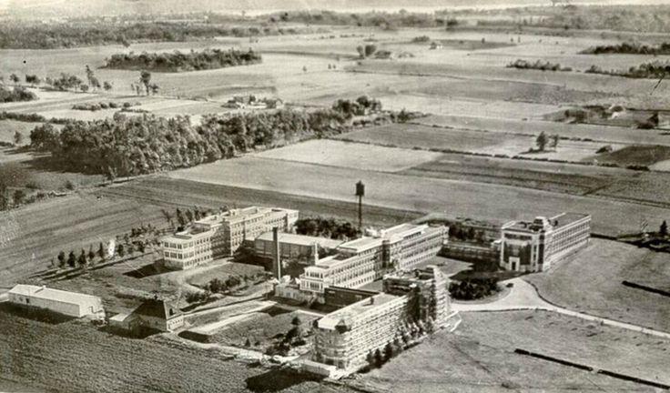 L'Hôpital Laval, entouré de terrains agricoles avant 1950. (Sainte-Foy - [Vers 1890-vers 1965], Collection Magella Bureau, P547,S1,SS1,SSS1,D634,P74R, Bibliothèque et Archives nationales du Québec)