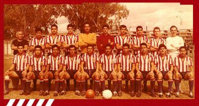 """Sexto Campeonato: 1963-1964 [Chivas - Nacional] Guadalajara: Nacho """"Cuate"""" Calderón, """"Cura"""" Chaires, """"Tigre"""" Sepúlveda, """"Jamaicón"""" Villegas, """"Bigotón"""" Jasso, Agustín Moreno, Javier Barba, Chava Reyes, Héctor Hernández, """"Chololo"""" Díaz y Paco Jara. Entrenador, Javier de la Torre."""