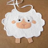 Bavaglino per neonato a forma di pecorella. Questo divertente bavaglino è realizzato in spugna di cotone con dettagli in pannolenci. La maglina presente nel retro del bavaglino potrebbe differire ...