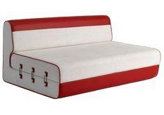 Divano Easy Sleep di Domodinamica  rivestito in tessuto con inserti in pelle. (cm 180x115/210x77h da € 2.870).