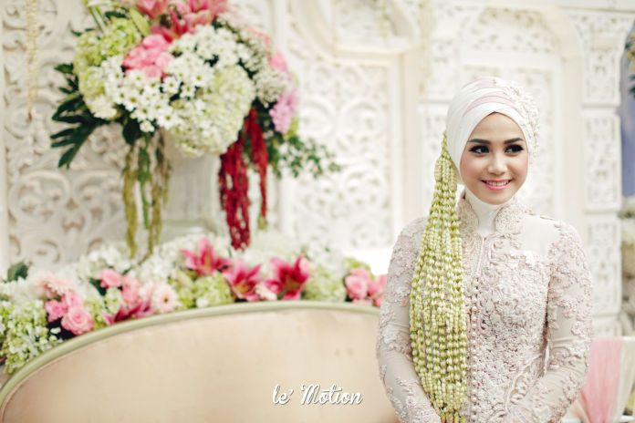 All-white traditional hijab wedding dress | Farah & Dirga - Jawa & International Wedding by Le Motion | http://www.bridestory.com/le-motion/projects/farah-dirga-jawa-international-wedding