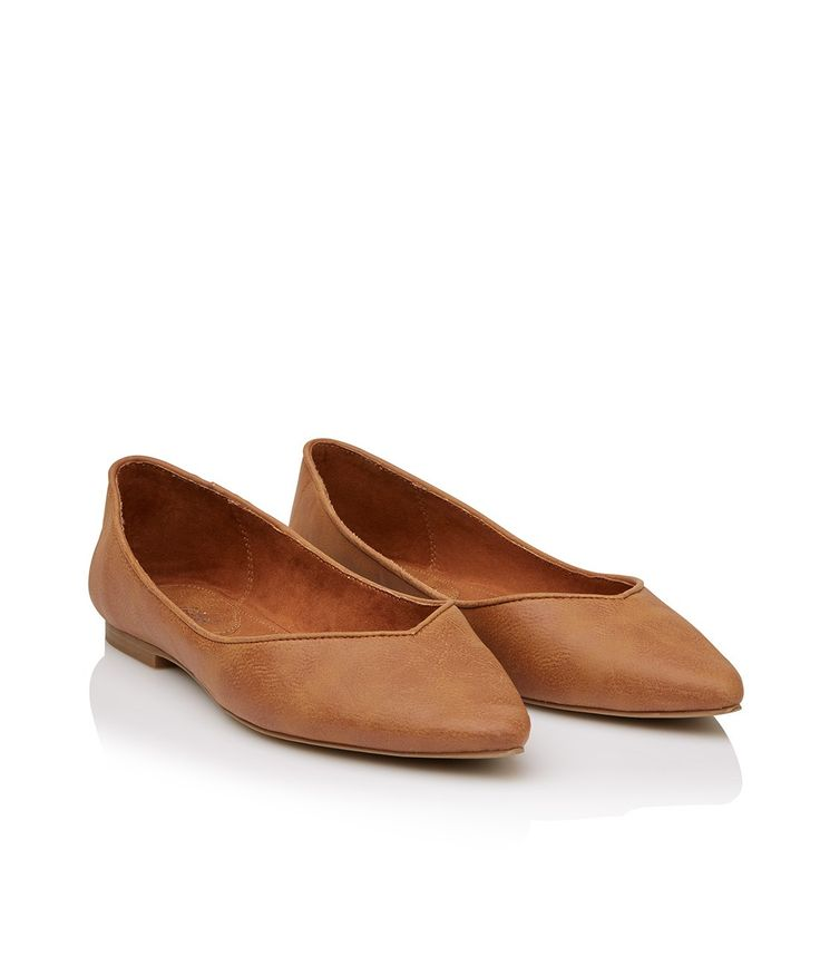 The classic Rosie Point Flat shoe will your new wardrobe staple. This easy to wear slip on ballet features textured leather look finish, pointed toe and slips on.