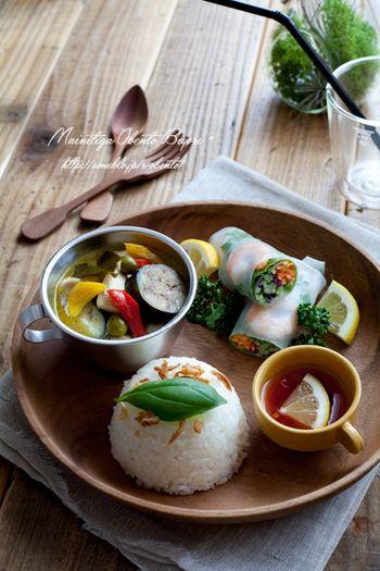 生春巻きやグリーンカレーのタイ風おうち定食です。暑い夏にガツンと頂きたい定食ですね。