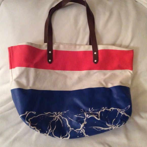 ✨Like New Large Gap Beach Bag✨ Like new in mint condition large canvas bag with leather straps GAP Bags Totes