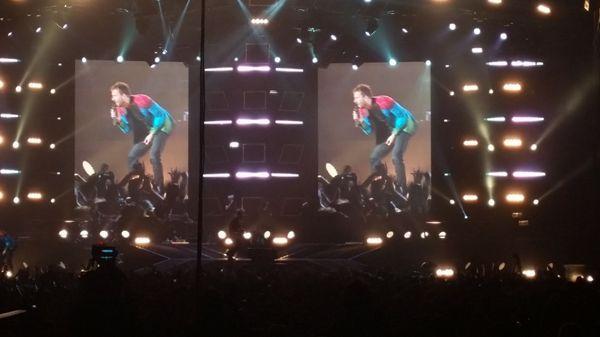 Cesare Cremonini fa sold Out a Milano con Logico Tour. Un concerto strepitoso dove alterna il Completo doppiopetto in lurex allo smoking in lana nera.http://www.sfilate.it/236592/cesare-cremonini-in-total-look-trussardi-incanta-milano-dei-concerti-strepitosi