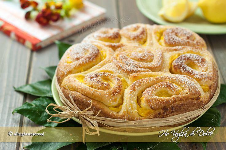 Torta di rose con crema al limone, ricetta per la colazione, merenda e occasioni speciali. Un lievitato dolce morbido che ricorda una rosa, delicata e bella