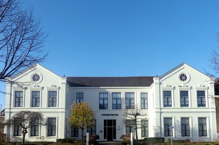 Het witgepleisterde U-vormige Tromphuis in Hellevoetsluis is rond 1860 als officierskantine annex sociëteit gebouwd. Het is nu in gebruik als kantoorpand.