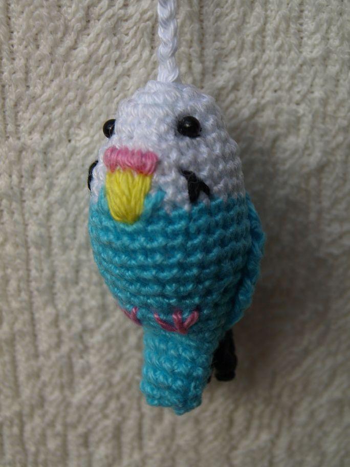 """In""""FLOW"""" nr. 5uit 2012kwam ikonderstaande vogeltjes tegen.           Het pimpelmeesje heb ik al meerdere keren gebreid   ..."""