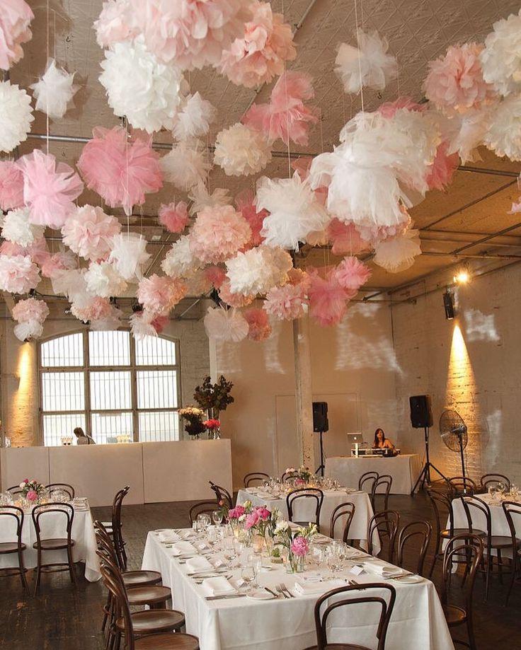 Met papieren Pompoms kun je ook heel leuk decoreren. Combineer verschillende kleuren met elkaar, zoals roze en wit. #pompom #aankleding #party #love #lampion #marriage #trouwinspiratie #weddingideas #decoration #styling #paperball #lanternes #roze #wit #versiering #love @lampionlampionnen.nl fête de mariage, Lanternes à papier, idées de mariage, lampions colorés, lampions blancs, lampion avec lampes à LED, décoration de mariage, l'inspiration de mariage, décoration partie