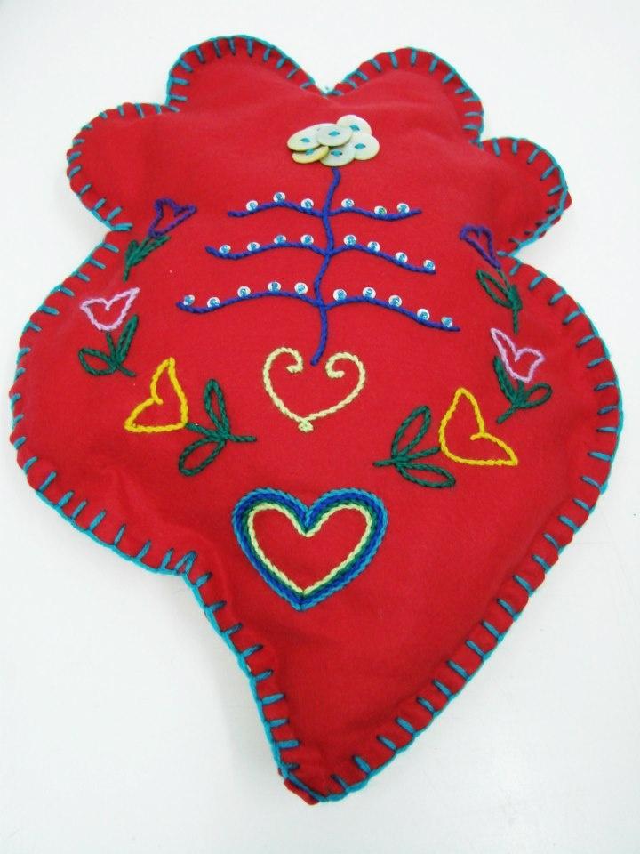 Almofada Coração de Viana vermelha by Maria Miká bordada à mão com lã de várias cores