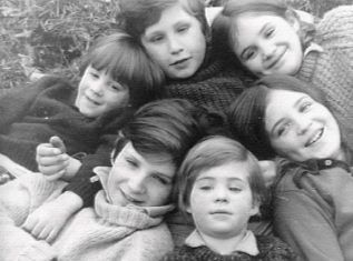 Ralph Nathaniel Twisleton Wykeham Fiennes bottom left born 1962 - with his siblings - Joseph (actor), Martha (Director), Sophie (Director/Producer), Jacob (Conservationist).