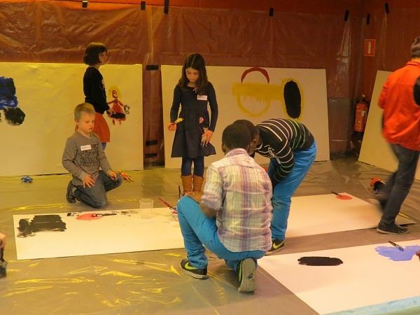 Naar aanleiding van de tentoonstelling 'Mijn allermooiste speelgoed op reis' van Pieter Gaudesaboos, konden kinderen hun favoriete speelgoed op grote doeken komen schilderen in de bib.