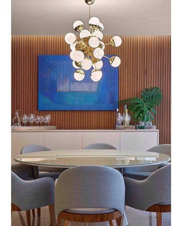 Equilíbrio perfeito entre design, elegância e aconchego! Destaque para a tela azul que trouxe vibração para a sala! Assim como a luminária com esferas em vidro leitoso da @a.deart (Projeto by Manoela Beneti) #decor #homedecor #instadecor #architecture #arquitetura #decoracao #decoração #decoration #decorating #decorate #inspiration #inspiração #diningroom #design #interiorstyling #homestyling #art #lifestyle #architecturelovers #interiordesign #designdeinteriores #archilovers #archidaily ...