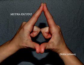 Técnicas Naturales de Sanación: MUDRA ESCUDO Respira lenta y profundamente... Siente como la respiración llena de Luz y de Energías tu cuerpo. Una vez sientas tus Energías Alineadas con la Luz frota el dedo pulgar y el dedo índice de cada mano entre sí. A continuación dobla el dedo corazón, el anular y el meñique hacia la palma los Con correspondiente. junta los dedos pulgares y los dedos índices por la punta. Sitúa las manos por delante del pecho, con los dedos índices apuntando hacia el…