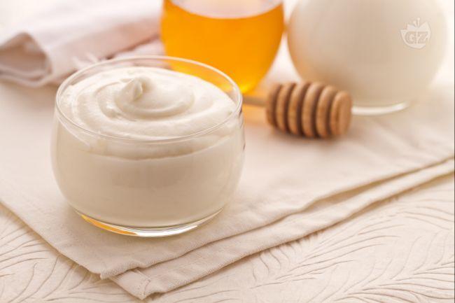 La crema al latte è una crema di base dal sapore delicato e dalla consistenza soffice e vellutata: è ideale per farcire torte, bignè e altri dessert.