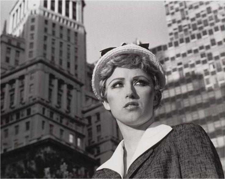 """Cindy Sherman: """"Stills #21"""" (1978). Técnica: - Corriente: Fotografía conceptual."""