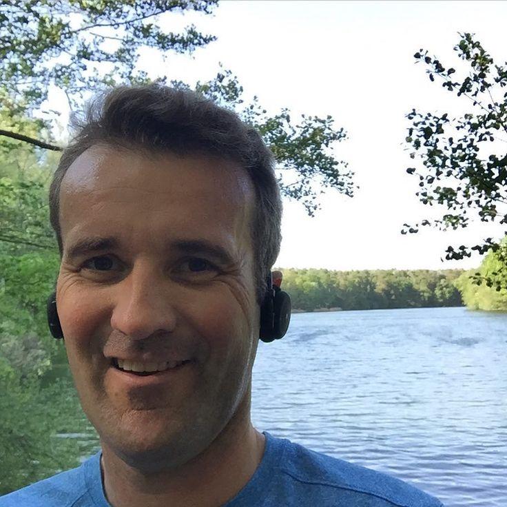"""Perfektes Wetter für die Berliner Seenplatte - zumindest Schlachti und Krumme Lanke! Dazu noch ein paar neue Kopfhörer mit """"Blauzahn"""" getestet; mit Dank an @miiego.deutschland. Fühlte sich gut an und mal was anderes als die üblichen Stöpsel  Testbericht folgt in Kürze! Und das beste ist: heute die Startnummer für den @berlinlaeuft am Sonntag bei @karstadtsports abgeholt und endlich endlich ohne Erkältung Knie oder sonstwas den ersten (!) Laufwettkampf des Jahres bestreiten und dann auch noch…"""