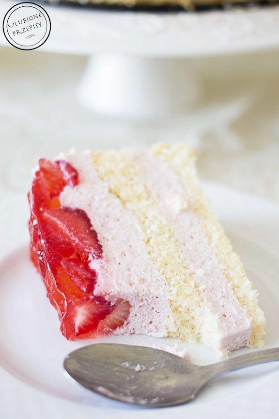 Tort truskawkowy z twarożkiem http://ulubioneprzepisy.com/2015/07/10/tort-truskawkowy-z-twarozkiem/