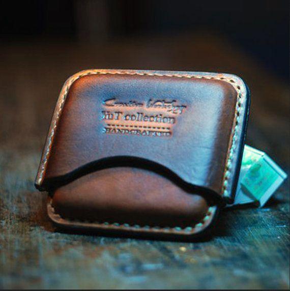 Lakonisch Leder-Zigaretten-Etui - ein stilvolles Geschenk, das die Sammlung an nützlichem Zubehör ein richtiger Mann beitreten werden. Es besteht aus zwei Teilen, leicht zu öffnen, der echten amerikanischen pflanzlich gegerbtes Leder gefertigt, von hand lackiert und künstlich gealtert, mit wasserdicht imprägniert und genähte Saddle Stitch starker gewachsten Faden manuell behandelt.  Gönnen Sie sich Schönheit, Zuverlässigkeit in Form von Zubehör.  Material - Naturleder  Kapazität - 20…