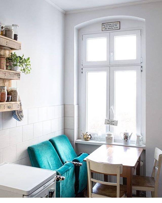 Wir wünschen euch eine Woche voller Highlights! ✨ Sehr entzückt sind wir heute von der Idee von @brln_home, die Vintage Kinosessel zu Esszimmerstühlen umfunktioniert 💕  #repost #solebich #einrichtung #interior #küche #kitchen #esszimmer #diningroom #vintage #mondaymotivation #newweek