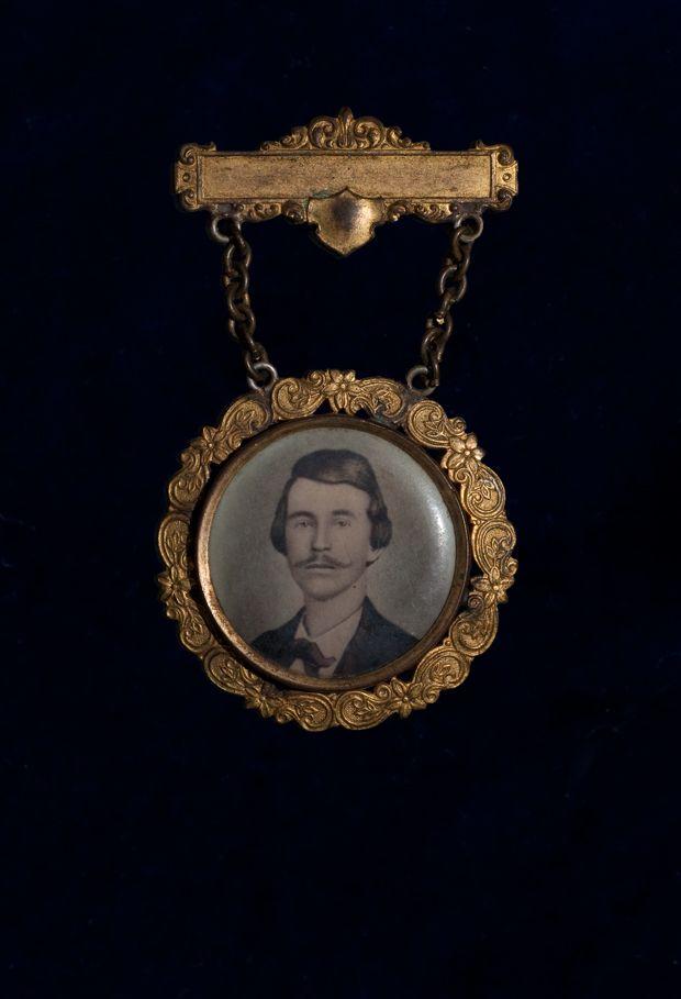 Civil War Virtual Museum | Major Guerrilla Warfare Actions | William C. Quantrill Reunion Badge