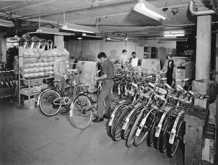 Sluttmontering av sykler i monteringsavdelingen i sykkelfabrikken til Jonas Øglænd AS i Solaveien | Ludvigsen, Ludvig