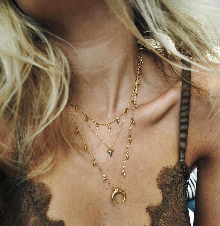 Soutien-gorge en dentelle minimaliste + accumulation de fins colliers = le bon mix (lingerie COS - Lucy Williams)
