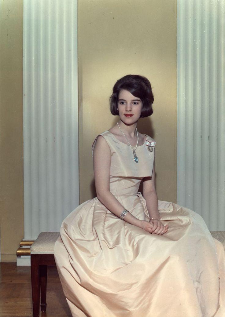 Prinsesse Anne-Marie bliver i 1963 forlovet med Grækenlands kronprins Konstantin. Halskæden af hvidguld og med et akvamarinhjerte, som Anne-Marie bærer på billedet her, er den første gave, hun får af Konstantin. HUSKER DU? De tre prinsesser som brudepiger Den 17-årige prinsesse gengælder gave med dette smukke farvebillede, der bliver den første gave, hun forærer sin …
