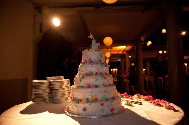 Vrolijke bruidstaart in lagen