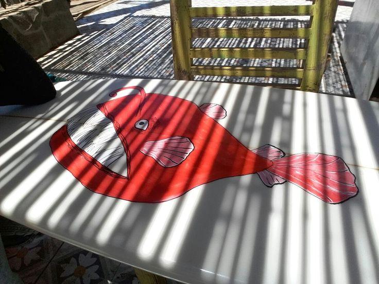 Caricatura de pez linterna plasmado en tabla de surf lista para ir al agua ! Dibujo realizado con plumones posca y sellado con laca  en spray.