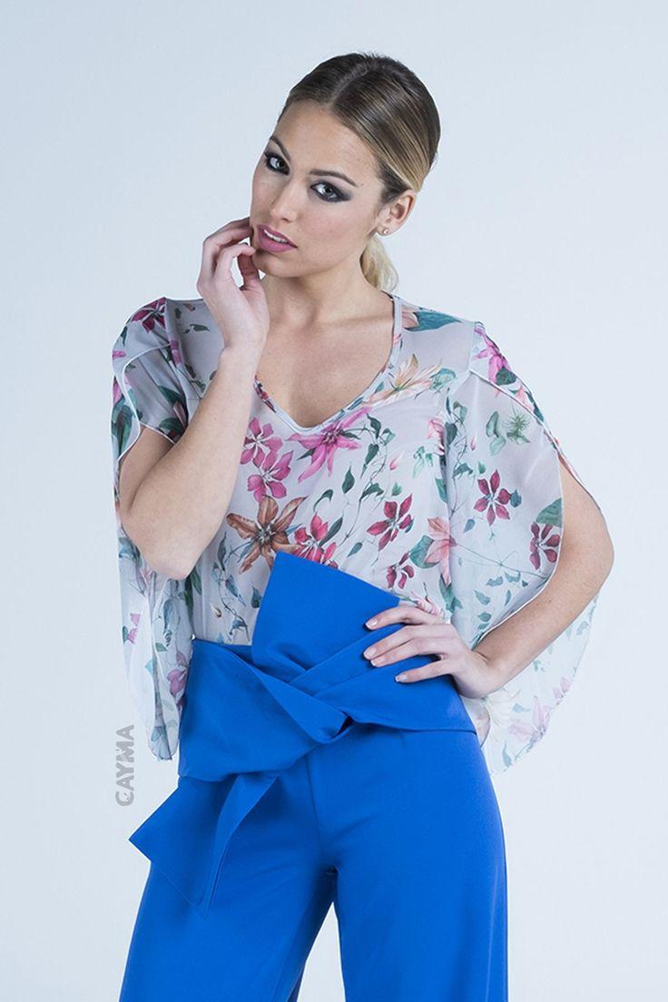 Blusa de mujer con estampado de flores y con mangas anchas.