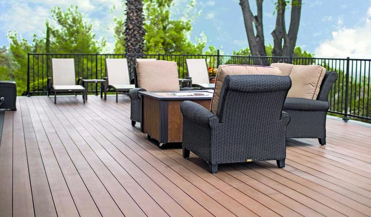 Een terras gemaakt van de Resysta effen Vlonderplanken. Kenmerkend is hoe het hek en de stoelen bijdragen aan de luxueuze sfeer.