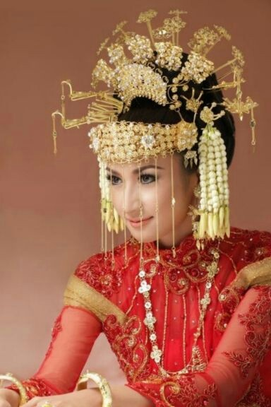 Indonesia traditional wedding dress from Sumatera