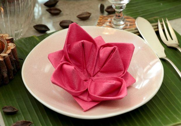 La fleur de lotus en papier Bien plus simple à faire qu'il n'y paraît, ce pliage de serviette n'a pas son pareil pour apporter une touche d'exotisme à votre décoration de table. Consultez en vidéo ce pliage de serviette en papier en forme de lotus. Niveau : facile