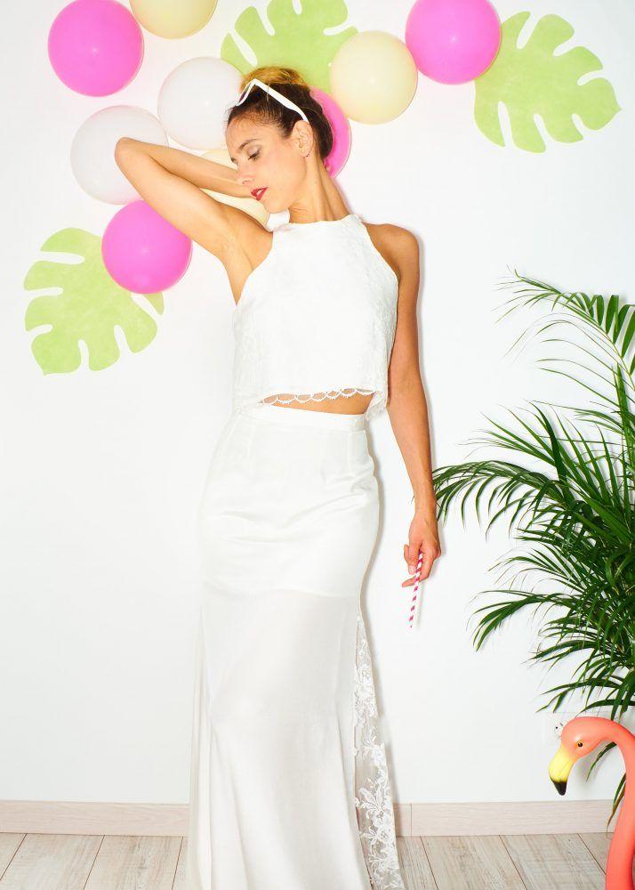 Robe Joan,   C'est une robe de mariée rock en crêpe de soie et dentelle.   Une coupe un peu sport avec ses épaules dénudés, un crop top en soie et dentelle de calais.  Une jupe avec une coupe près du corps, évasé dans le bas avec un empiècement de dentelle pour un jeu de transparence avec les jambes. Une traine tribunale légère.   #robedemariée #croptop #jupe #mariée #alternatif #rock #dentelle #surmesure #soie #gaellebeaulieu