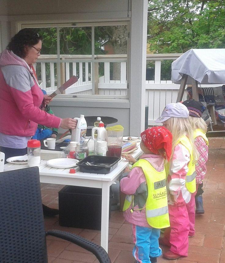Ryhmäperhepäivähoito Leppis oli vierailulla Nikulassa. He valmistivat ulkona muurinpohjalättyjä asukkaille ja lapsille. Lapset osallistuivat tarjoiluun. Ihania!!!!