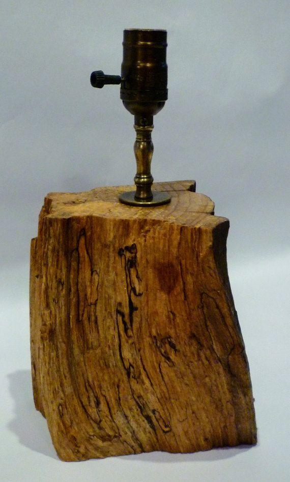 Re-conçu de lampe en bois fabriqué à partir de journal unique. Taille idéale pour chevet, table ou bureau.  La Base est de 6 x 6 3/4 x 7 3/4 hauteur. Hauteur de la broche est de 2 1/4  et hauteur totale de la lampe est 12 3/4.  Il a une huile de finition et tous les composants ont un laiton antique finition.  douille 3 voies installée ainsi qu'un rouleau interrupteur sur le cordon. La douille acceptera une ombre avec un raccord de UNO.  Plus de photos peuvent être consulté...